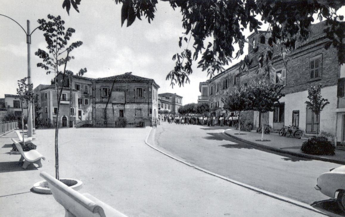 Piazza dei Vestini senza mercato coperto - archivio Carlo Di Francesco